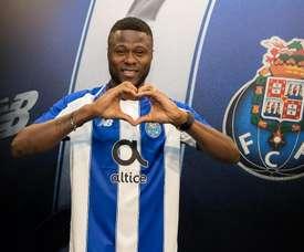 Mbemba (i) firmó hasta 2022. AFP