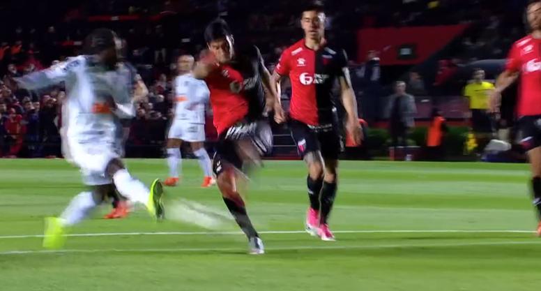 Chará puso la bota y Mineiro se adelantó en el marcador. Captura/DAZN