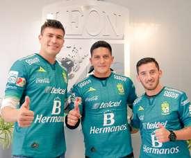 'Chatón', Cano y Cuevas posan con la camiseta de León. Twitter