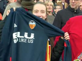 Le milieu de terrain de Valence a offert son pull à une supporter. Twitter/ValenciaCF