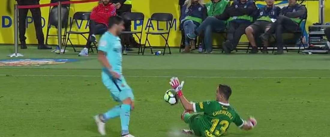 Chichizola a touché le ballon avec la main en dehors de la zone. Twitter/ElChiringuitoTV