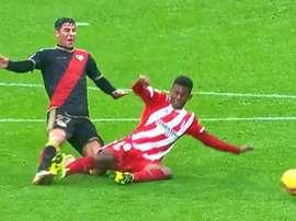 El 'Choco' Lozano vio la roja directa por esta dura entrada. Captura