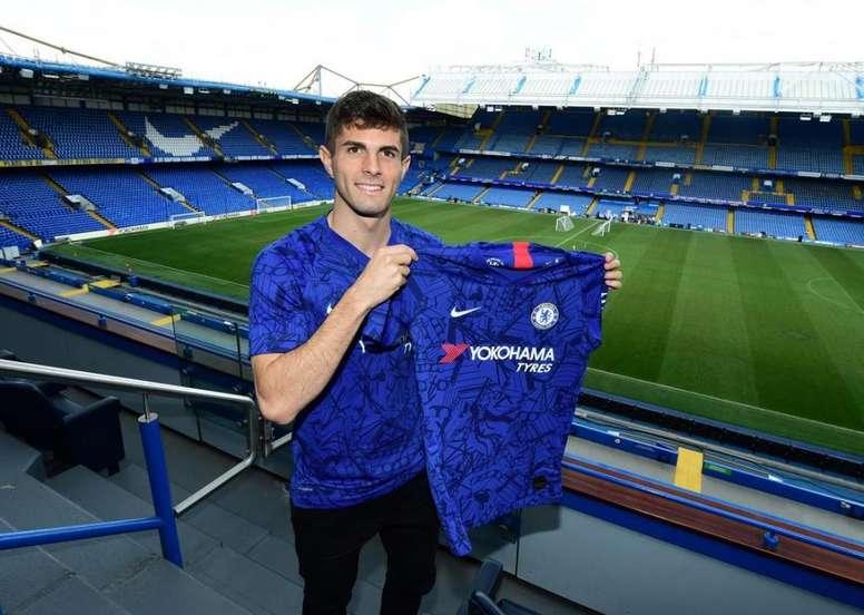 Pulisic posa para foto com camisa do Chelsea. ChelseaFC