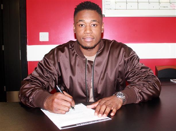 Chuks Aneke firma su nuevo contrato como jugador del MK Dons. MKDons