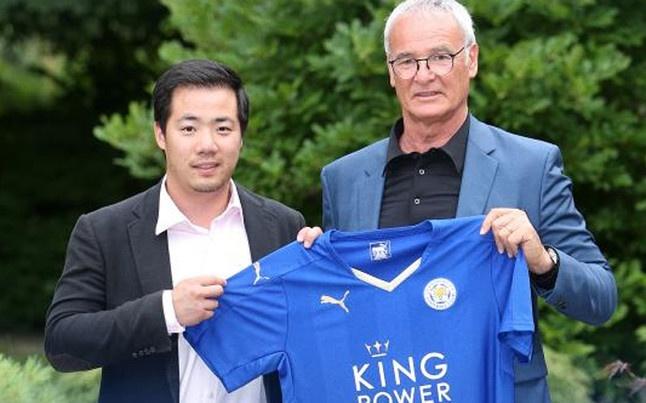 Claudio Ranieri posa con la camiseta del Leicester como nuevo manager del club. Twitter