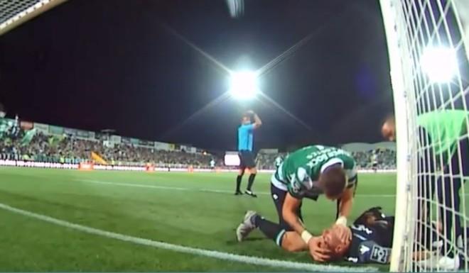 Futbolista salvó a su compañero desvanecido en pleno partido