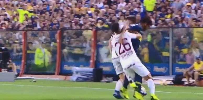 Más le propinó un fuerte codazo a Di Plácido. Captura/TNT Sports