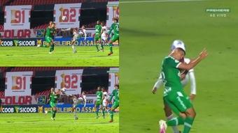 Alves dice que eso no puede ser roja porque toca balón. Captura/Premiere