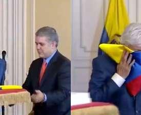 Emotivo beso de Pékerman a la bandera de Colombia. Captura/EFE