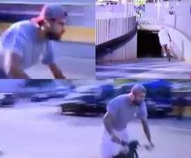 Piqué arrived on his electric bike. Screenshots/MovistarLaLiga