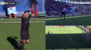 Cena bizarra no futebol boliviano. Captura/TigoSports