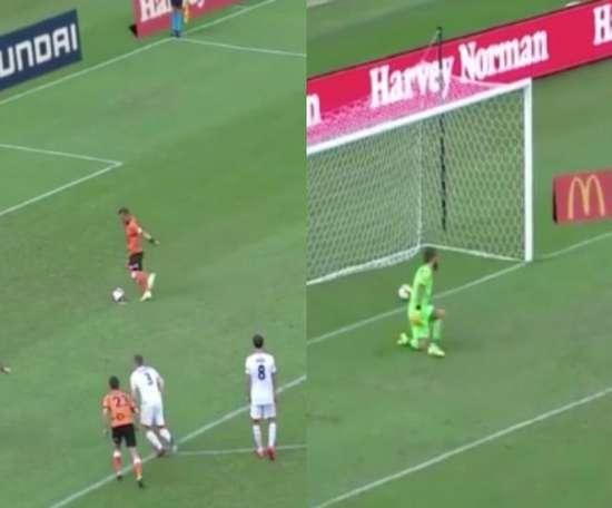 Brisbane scored a crazy Panenka penalty against Adelaide. Captura/Youtube