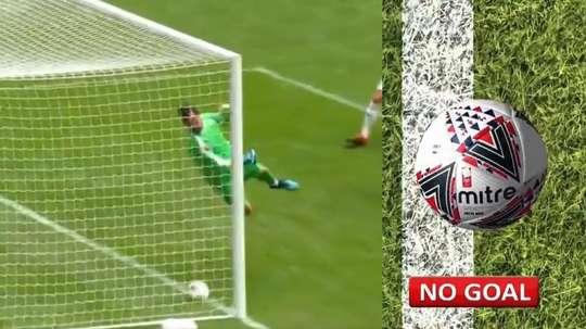 Frappe de Van Dijk sur la barre... et le ballon n'entre pas de peu. Collage/FACup