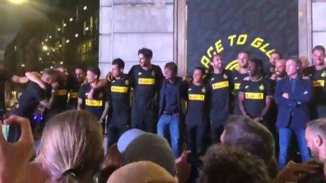Conte imbarazzato dai cori dei tifosi dell'Inter. Twitter/DanieleVitiello