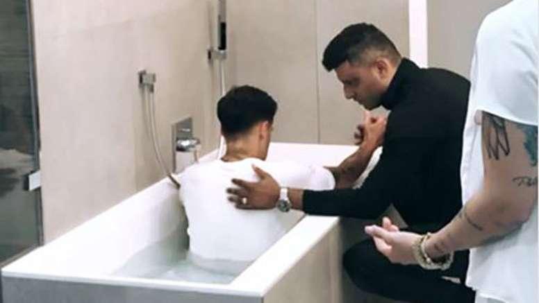 Coutinho é batizado na sua casa em Munique. Instagram/Tiago Brunet