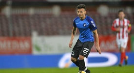 El lateral rumano preferiría la opción del Athletic. EFE