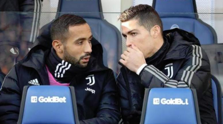 Cristiano Ronaldo, en el banquillo de la Juventus hablando con Benatia. EFE