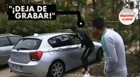Cristiano tenta 'roubar' celular de casal que o filmava. Captura/DeportesCuatro