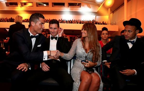 Ronaldo and Antonella shacking hands. Eurosport