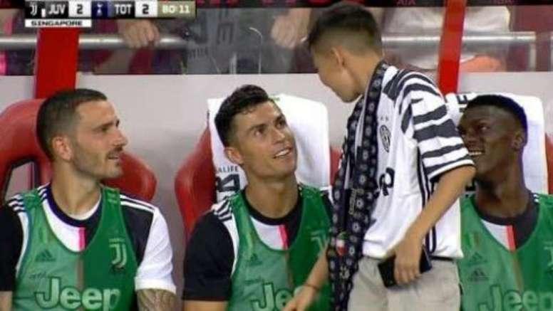 Il bel gesto di Ronaldo con un bambino in panchina. Captura/ESPN