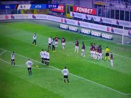 Atalanta's attacking wall nearly got them a goal. Screenshot/MovistarLigaDeCampeones