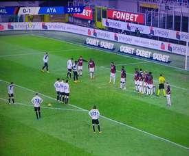 Atalanta's attacking wall nearly got them a goal. Screenshot/MovistarLigaDeCampeones