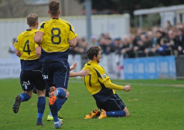 Dan Wooden celebra su gol en el 'Boxing Day'. Twitter