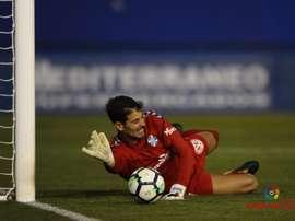 Dani Hernández va al suelo para evitar un tanto en el Lorca-Tenerife. LaLiga