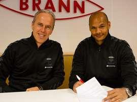 Daniel Omoya Braaten en el momento de firmar su contrato como nuevo jugador del Brann. Twitter