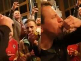 Daniel Stendel had a Tequila shot with Barnsley fans. Captura/Twitter/_rosabroom