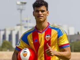 Danilo Barbosa, durante su presentación con el Valencia. Twitter