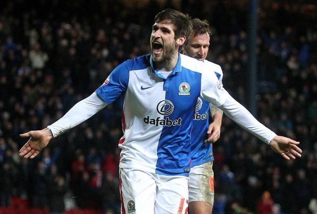 El Blackburn está detrás de un jugador del Cardiff City. Blackburn