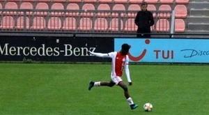 Zagueiro Sub-15 do Ajax impressiona pelo seu tamanho. Twitter/AjaxYA