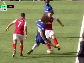 O internacional brasileiro viu o vermelho, na receção do Chelsea ao Arsenal. Twitter/SportCanli