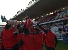 David Rocha es manteado por sus compañeros en el Nàstic, el día de su despedida. GimnasticDeTarragona