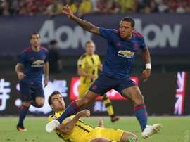 Depay tries to get past Sokratis. ManUtd