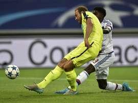 Depoitre (i, del Gent) pelea por un balón con Yanga-Mbiwa, en el Lyon-Gent de esta noche. Twitter