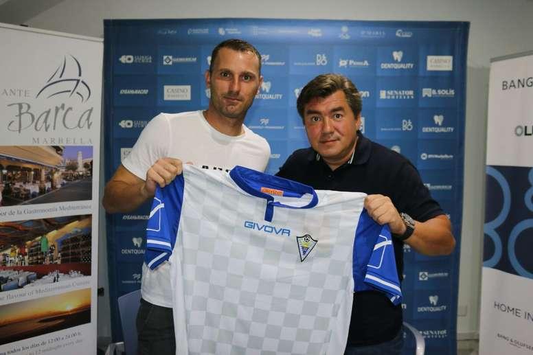 Despotovic posa con la camiseta del Marbella. MarbellaFC