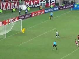 Diego Alves defende o pênalti da LDU. Captura Sportv