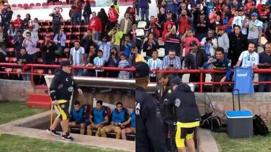 Maradona, acompañado de su bastón. Twitter/CR17_7