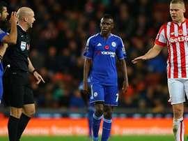 Diego Costa perdió los papeles y se encaró a Shawcross, defensa del Stoke City. Twitter.