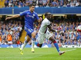 Diego Costa y Souaré pelean por un balón en el Chelsea-Crystal Palace. Twitter