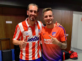 Godín posed in his new shirt with teammate Saúl after the game. Twitter/SaúlÑiguezEsclapez