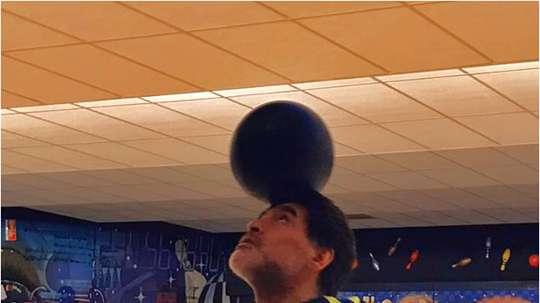 Diego Maradona se distrajo jugando al bowling. DiegoMaradona