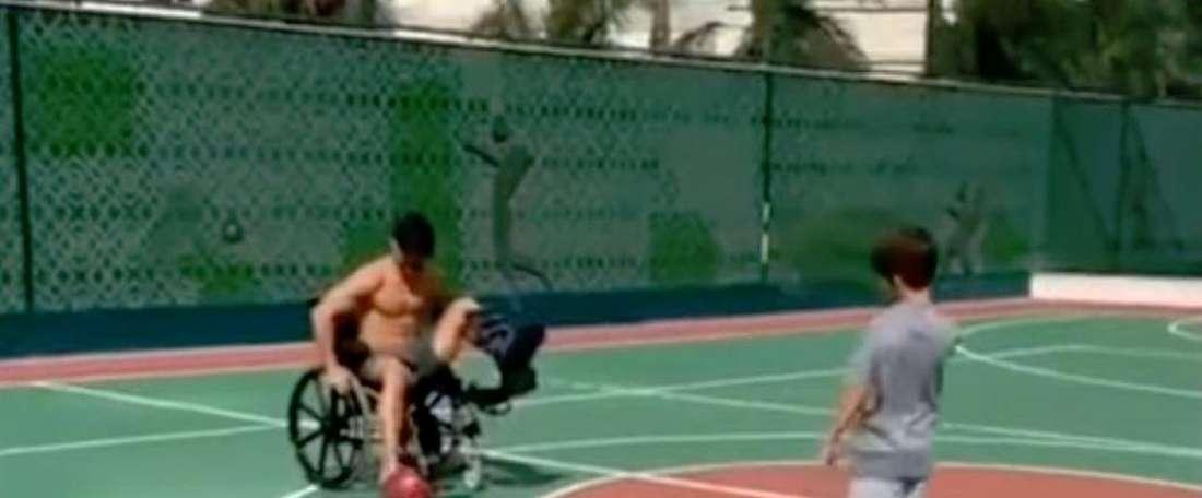 Diego Ribas continue de jouer au football... en fauteuil roulant ! Capture/Instagram/diegoribas10