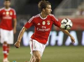 Djuricic contrôle un ballon dans un match avec le Benfica. SLBenfica