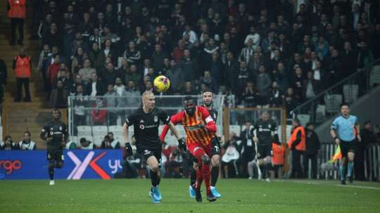 Adebayor fait ses adieux de Kayserispor. Twitter/KayserisporFK