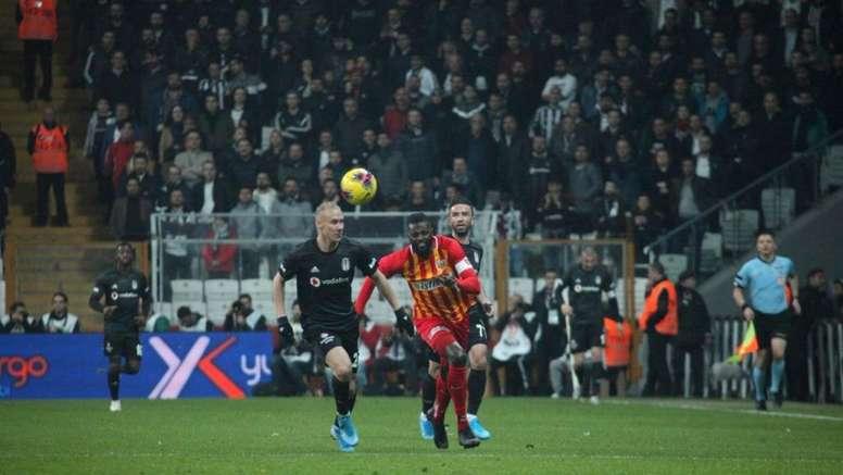 Emmanuel Adebayor abandonó el Kayserispor. Twitter/KayserisporFK
