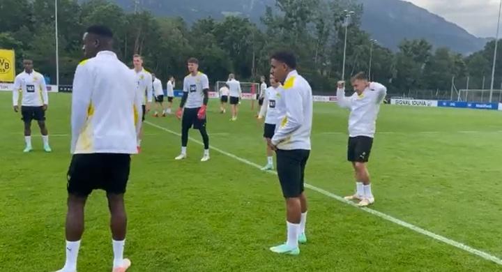 Malen s'est entraîné avec le Borussia Dortmund. Caoture d'écran/BVB