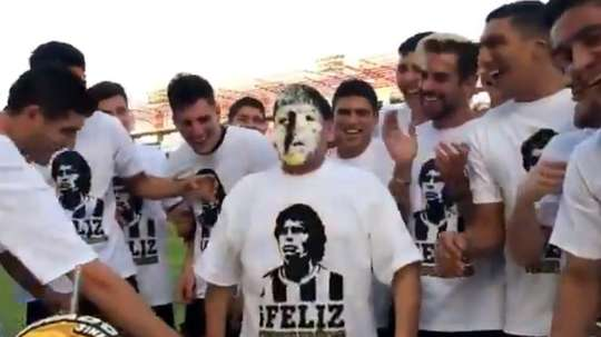 Maradona tuvo que meter la cara en la tarta. Captura/Dorados